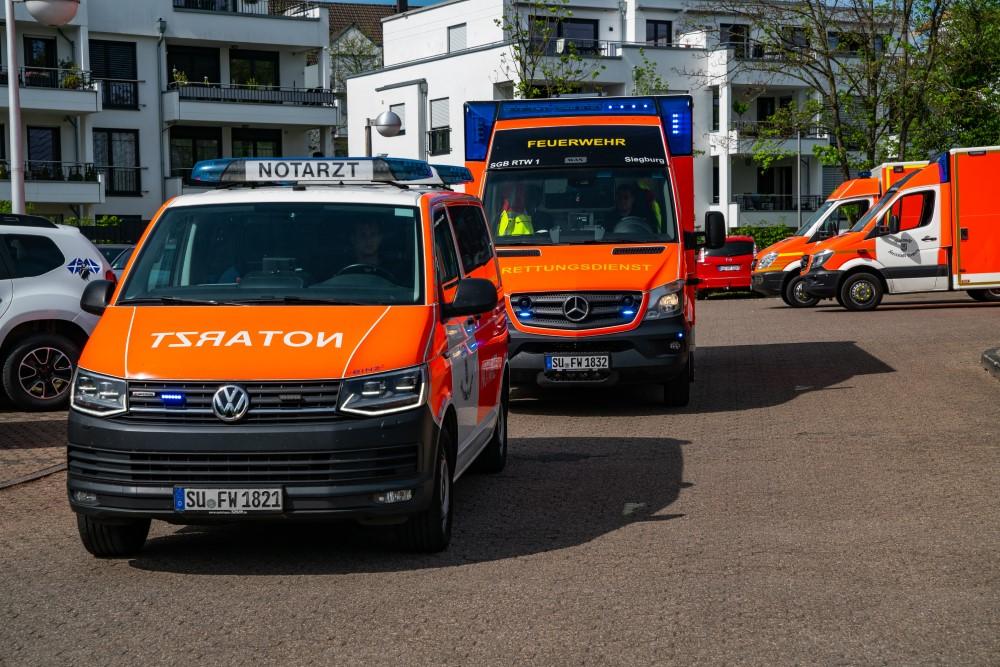 Auf dem Bild sieht man die Rettungsfahrzeuge der Feuerwehr Siegburg