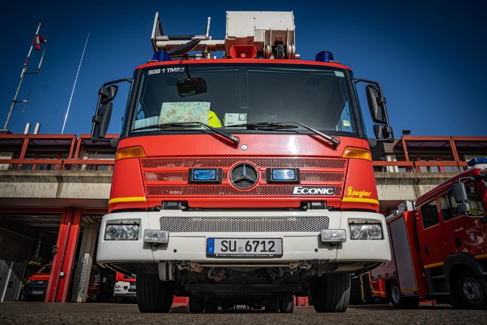 Auf dem Bild sieht man die Rettungsfahrzeuge der Feuerwehr Siegburg auf dem Gelände der Feuerwehr vor den Garagen aufgereiht