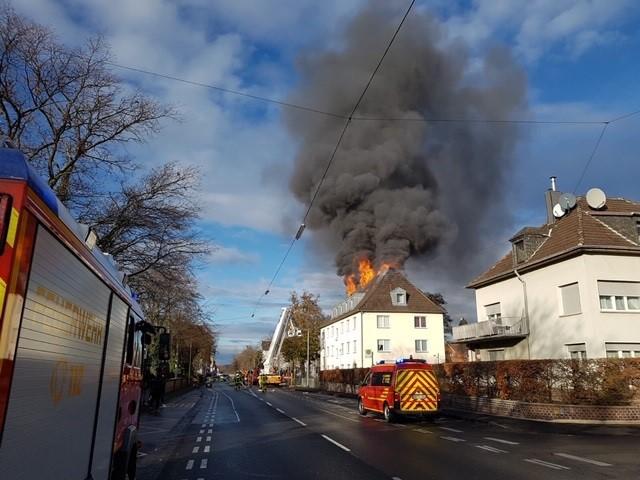 Das Bild zeigt einen Wohnhausbrand in Siegburg