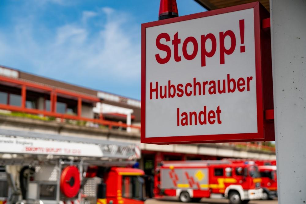 """Das Bild zeigt ein Gefahrenschild mit der Aufschrift: """"Stopp! Hubschrauber landet"""" an der Feuer- und Rettungswache Siegburg"""
