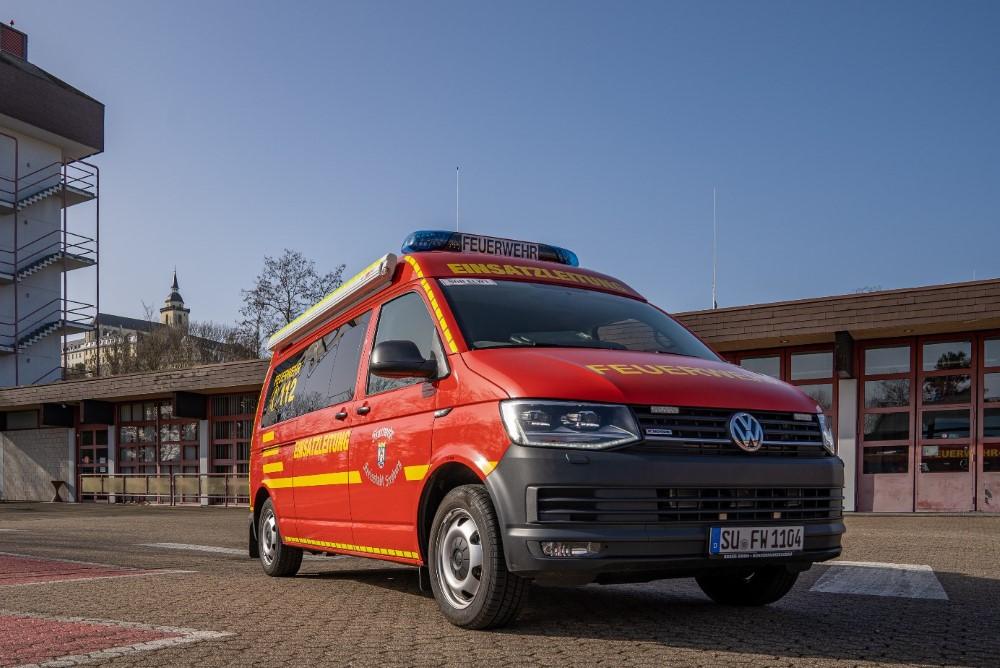 Das Bild zeigt das Fahrzeug Einsatzleitwagen (ELW 1) der Freiwilligen Feuerwehr Siegburg