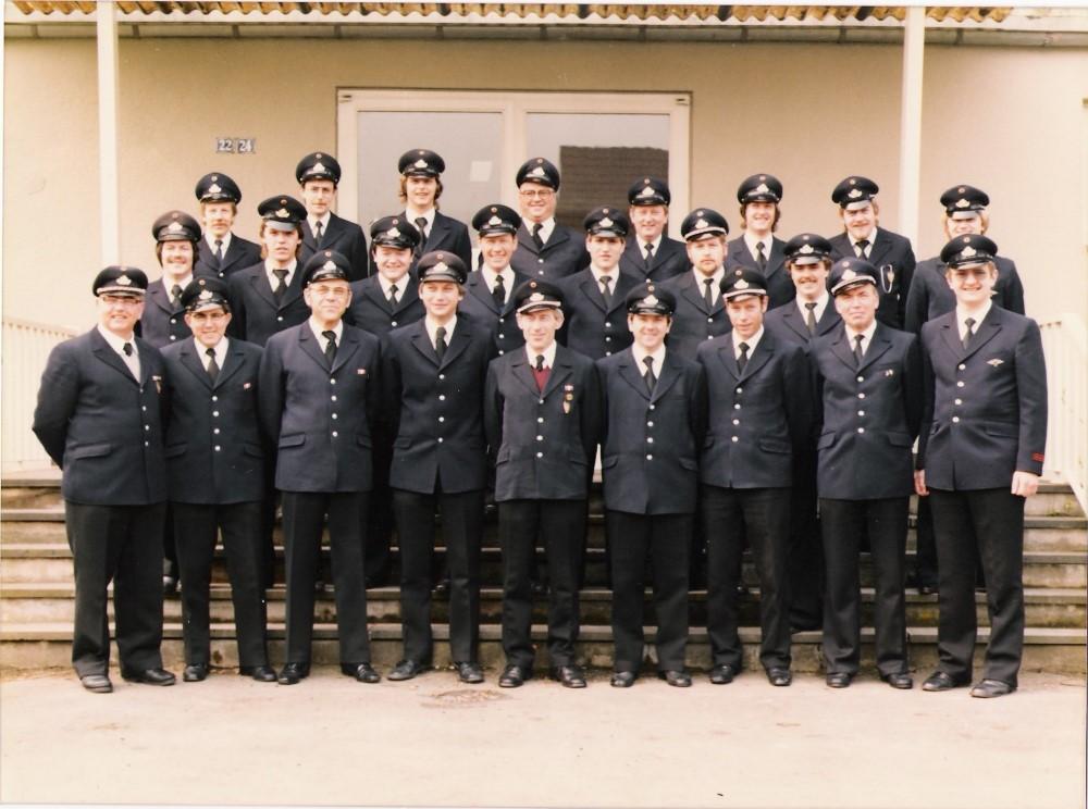 Die Löschgruppe Stallberg zusammen mit Kameraden der Löschgruppe Brückberg Anfang der 80er Jahre vor der Grundschule Stallberg