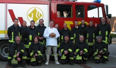 Die Löschgruppe Stallberg im Jahr 2005 bei der Präsentation des von der Bäckerei Hoffsümmer gebackenen Florianbrot. Seit Oktober 2019 sind die Löschgruppen Stallberg (4) und Kaldauen (5) zum Löschzug Ost unter der Leitung von Volker Lürken und Martin Euler zusammengelegt worden.