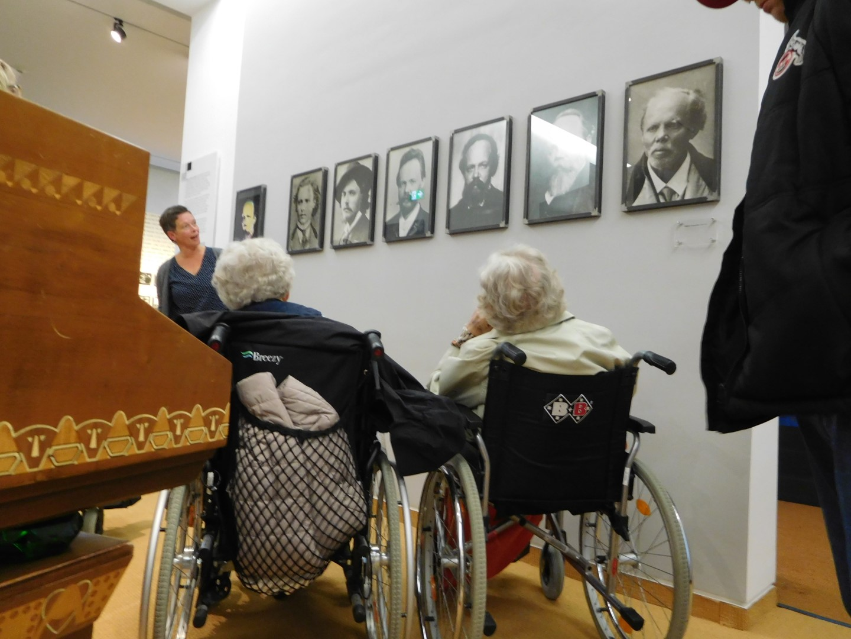 Das Bild zeigt eine Führung im Stadtmuseum