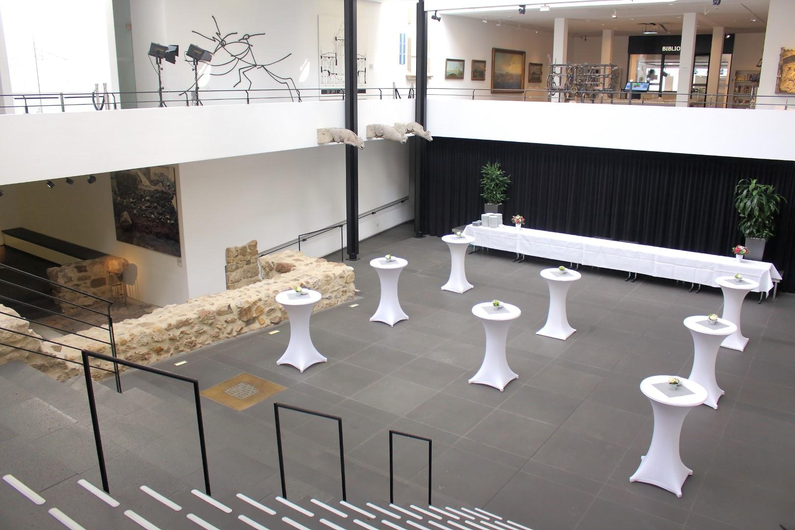 Aufbau für einen Stehempfang im Forum des Museums. Blick aus dem Foyer.