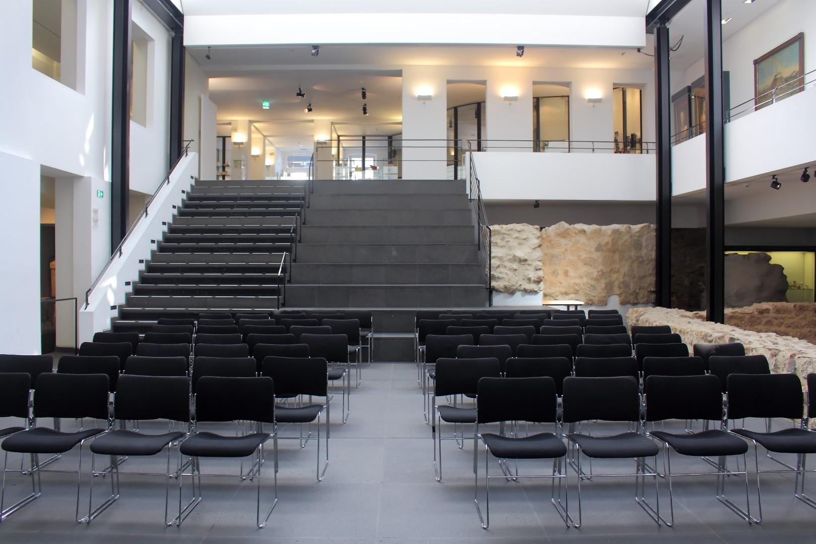 Blick von der Bühne ins Forum des Stadtmuseums.