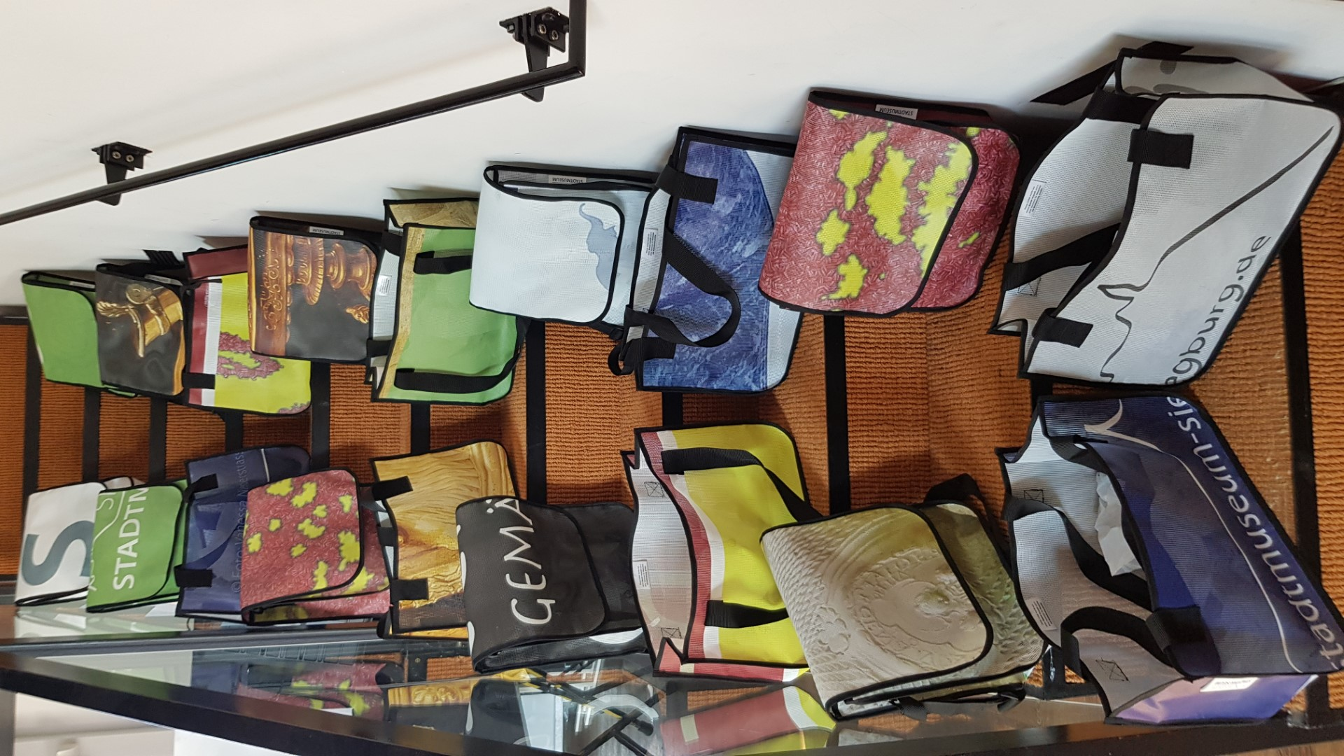 Verschiedene Taschen, die das Stadtmuseum aus ausgediehnten Bannern herstellen lässt. Sie zeigen Motive früherer Ausstellungen im Stadtmuseum.