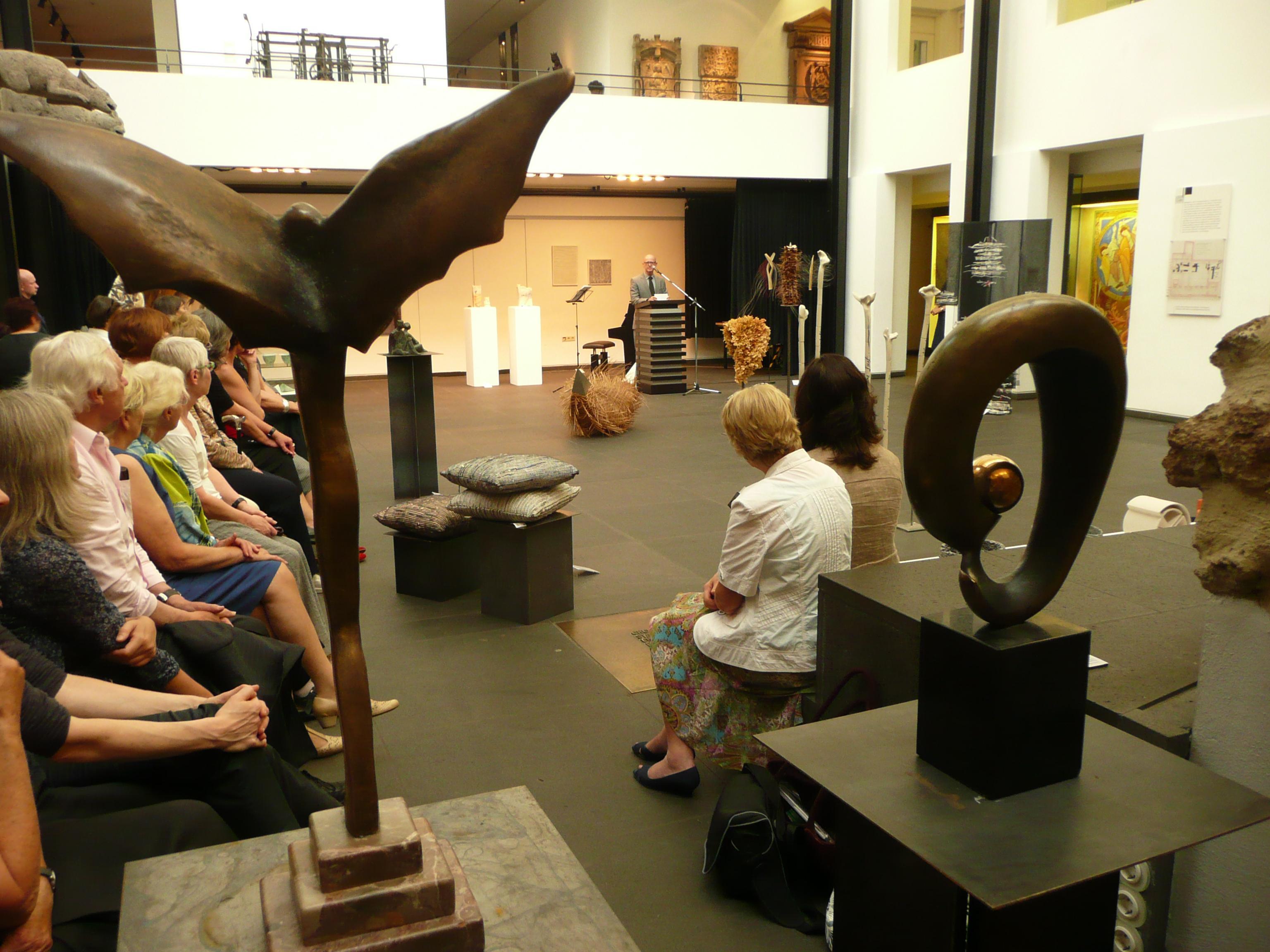 Empfang bzw. Ausstellungseröffnung im Forum des Museums.