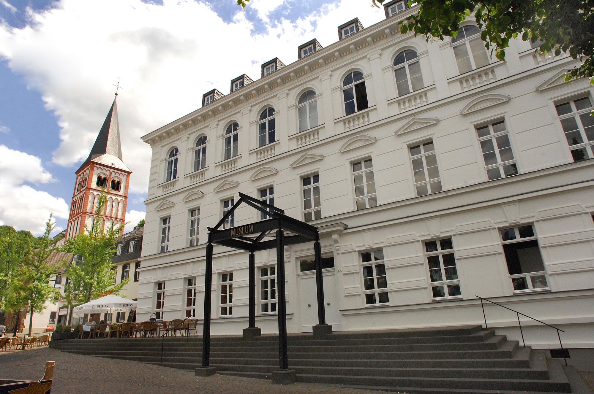 Das Bild zeigt eine Frontalansicht vom Haupteingang des Siegburger Stadtmuseums