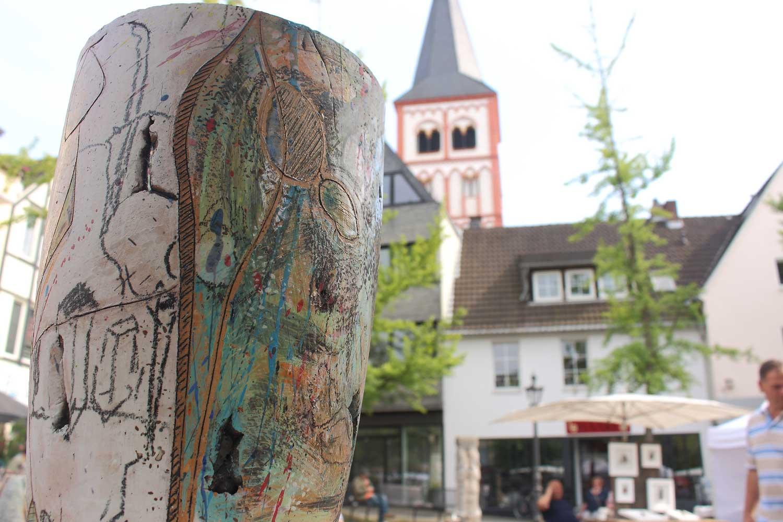 Ein Bild vom Siegburger Keramikmarkt. Im Hintergrund die St. Servatius Kirche