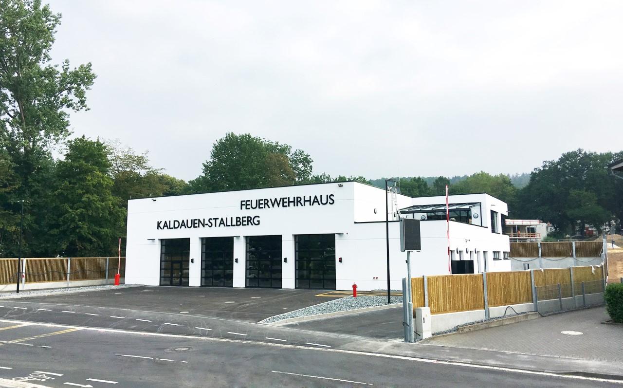 Das Bild zeigt eine Außenansicht des Feuerwehrgerätehauses in Siegburg Kalldauen-Stallberg