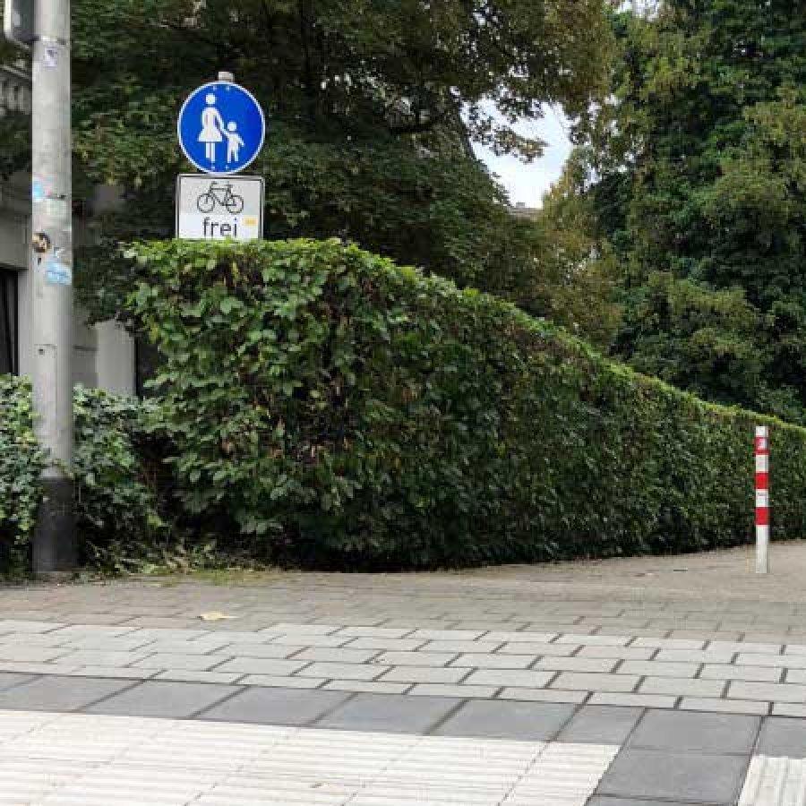 Das Bild zeigt ein Siegburger Radweg bei der Einfahrt zum Parkplatz vom Siegburger Amtsgericht