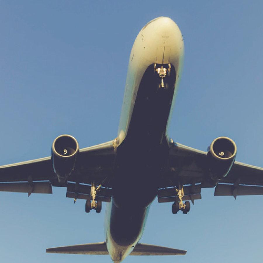 Das Bild zeigt ein Flugzug von unten