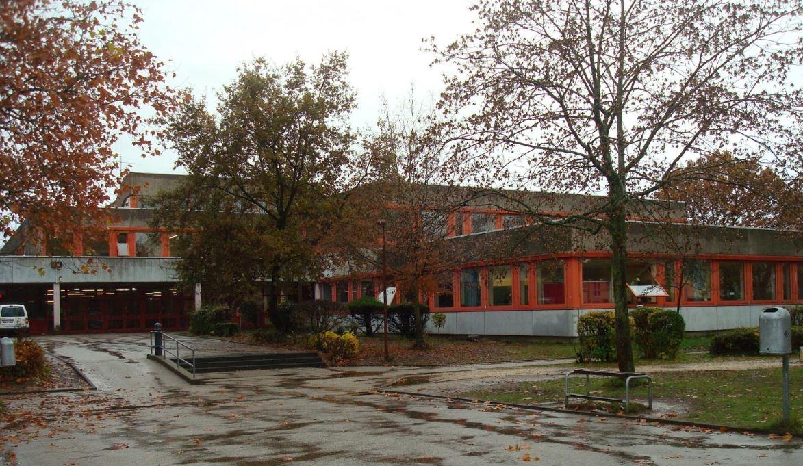 Das Bild zeigt den Eingang zum Schulzentrum Neuenhof