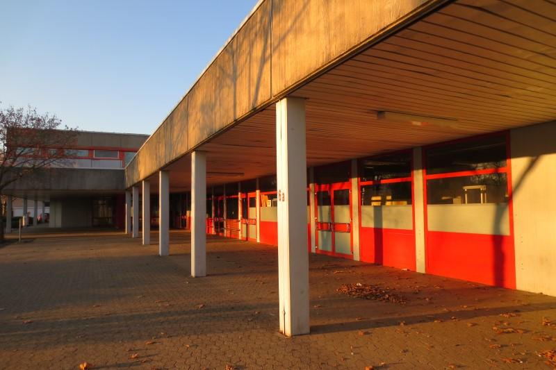 Auf dem Bild ist der Außenbereich vom Schulzentrum Neuenhof zu sehen
