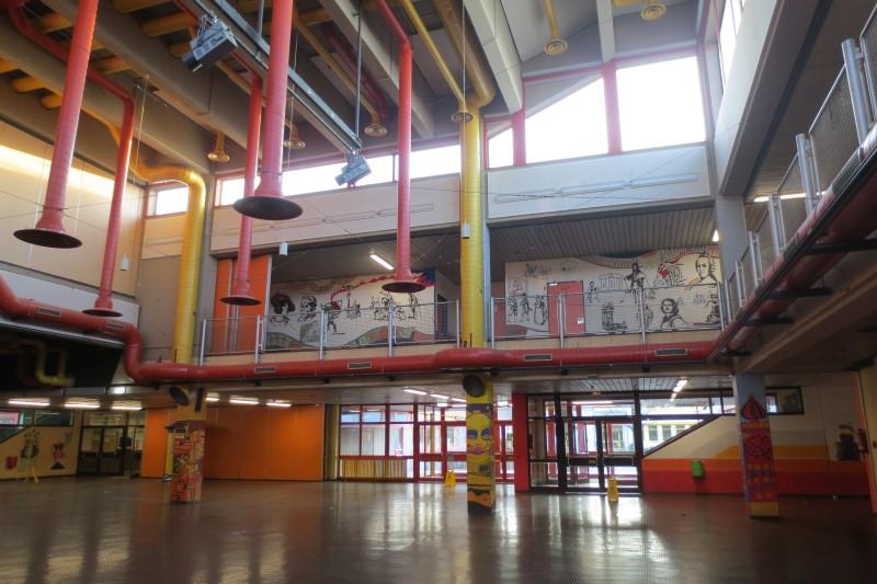 Auf dem Bild ist der Innenbereich vom Schulzentrum Neuenhof zu sehen