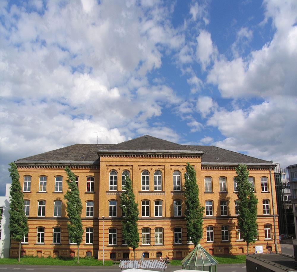 Das Bild zeigt eine Frontalansicht des VHS-Studienhauses in Siegburg