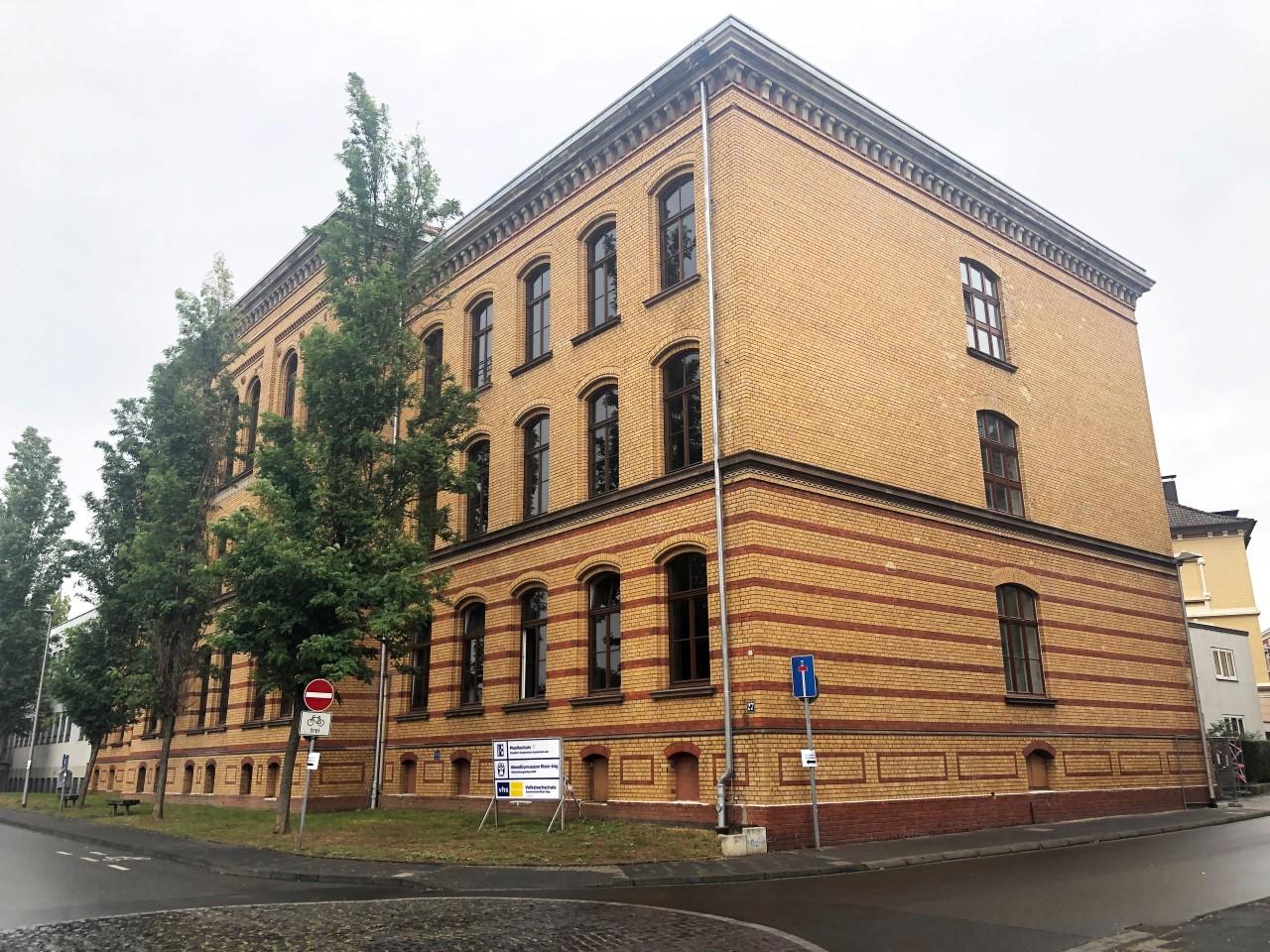 Das Bild zeigt eine Schrägansicht des VHS-Studienhauses in Siegburg