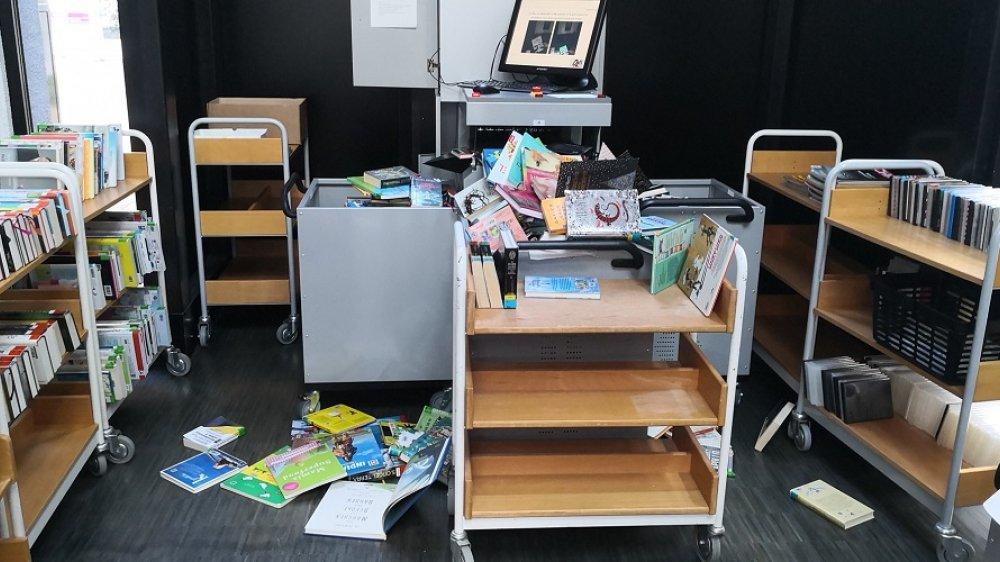 Übergelaufene Auffangboxen am Rückgabeautomaten der Stadtbibliothek