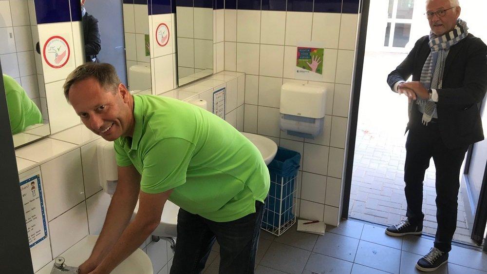 Schulleiter Thomas Thumser und Bürgermeister Franz Huhn beim Händewaschen