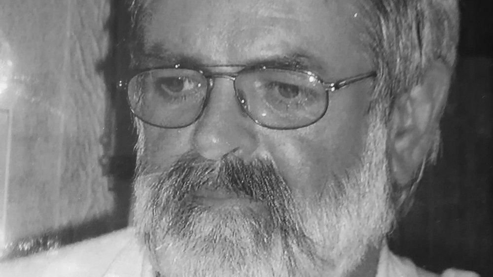 Schwarz-Weiß-Foto eines Mannes mit Bart und Brille