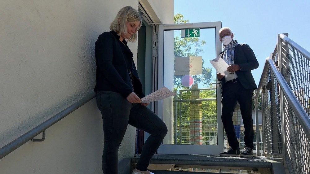 Schulleiterin Katharina Sadeghian und Bürgermeister Franz Huhn auf einer Nottreppe der Hans Alfred Keller-Schule