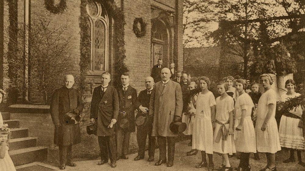 Personengruppe vor der Evangelischen Stadtkirche in Erwartung der neuen Glocken
