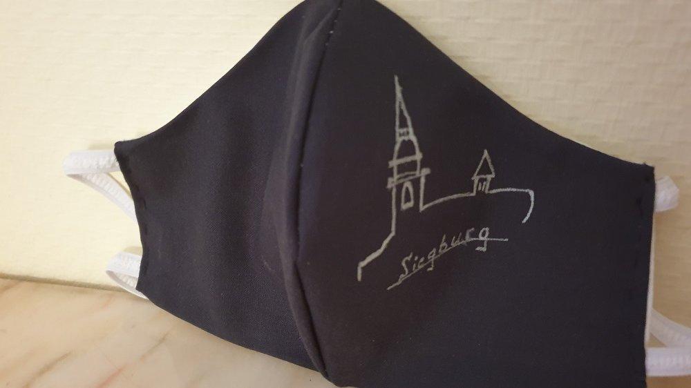 Selbstgenähte Mund-Nase-Bedeckung mit handgemalter Zeichnung vom Michaelsberg