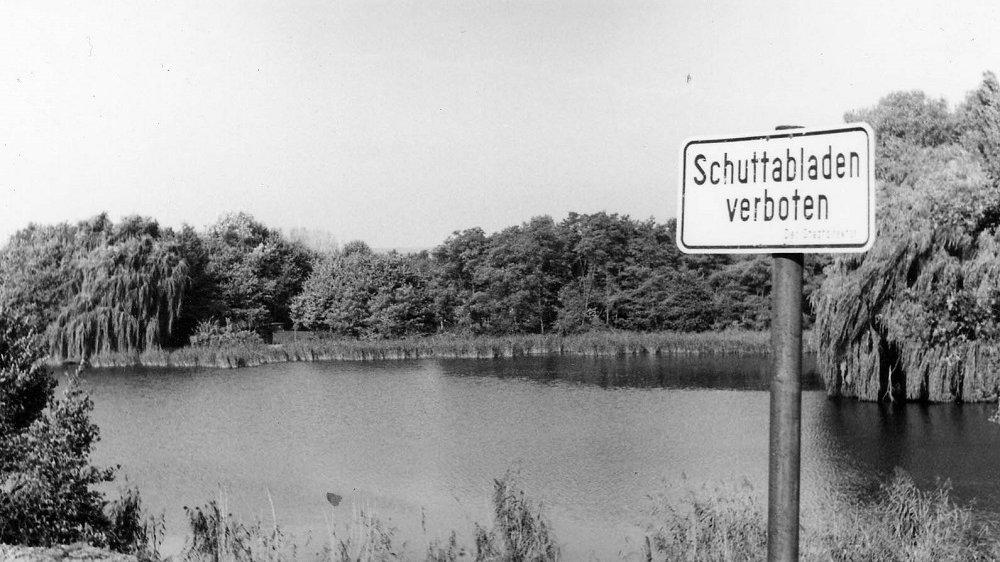 """Schild """"Schuttabladen verboten"""" vor dem Trerichsweiher"""