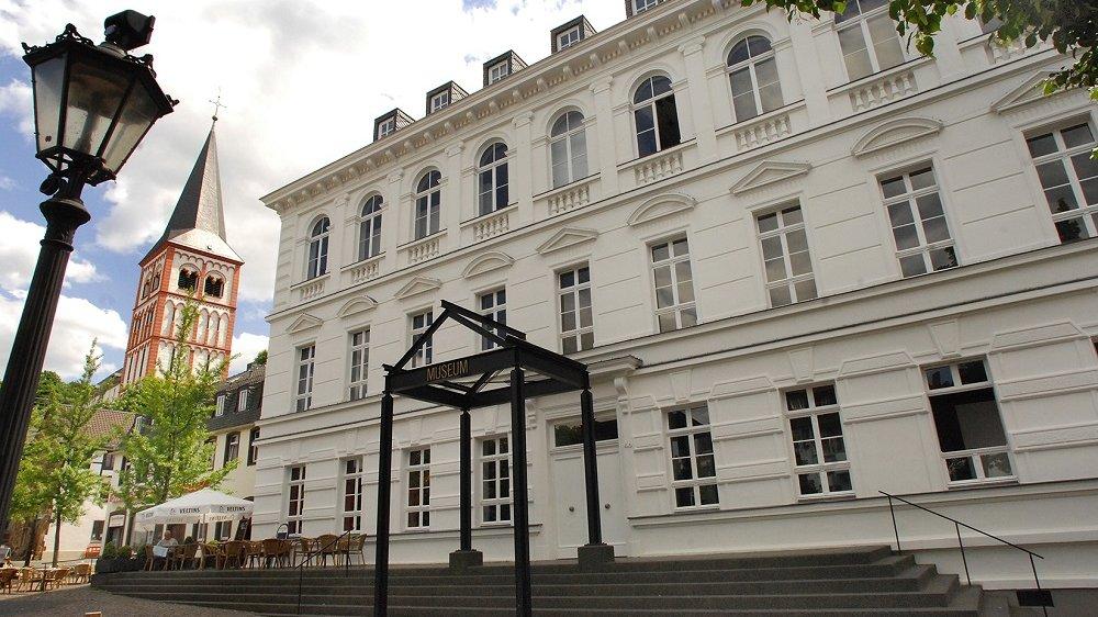 Außenansicht des Stadtmuseum mit der Kirche sankt Servatius im Hintergrund