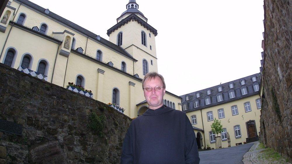 Mönch vor einer Kirche