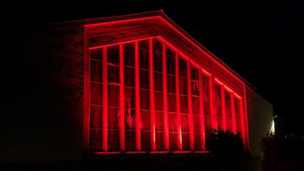 Rot illuminierte Fassade