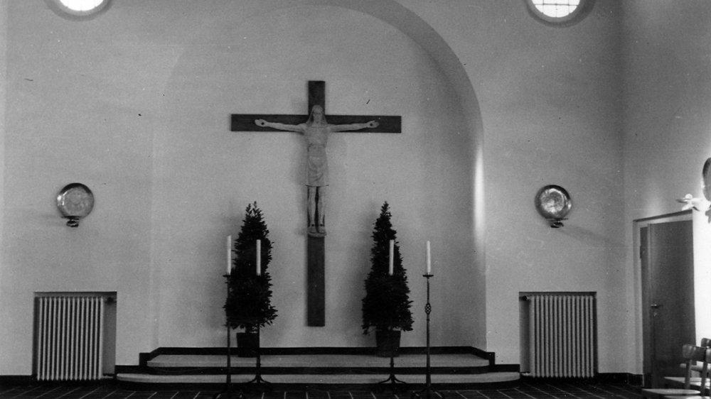 Die Leichenhalle mit Aufbahrungsstätte und Kreuz im Jahr 1950