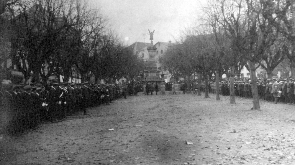 Die Jugendwehren des Siegkreises 1915 auf dem Marktplatz