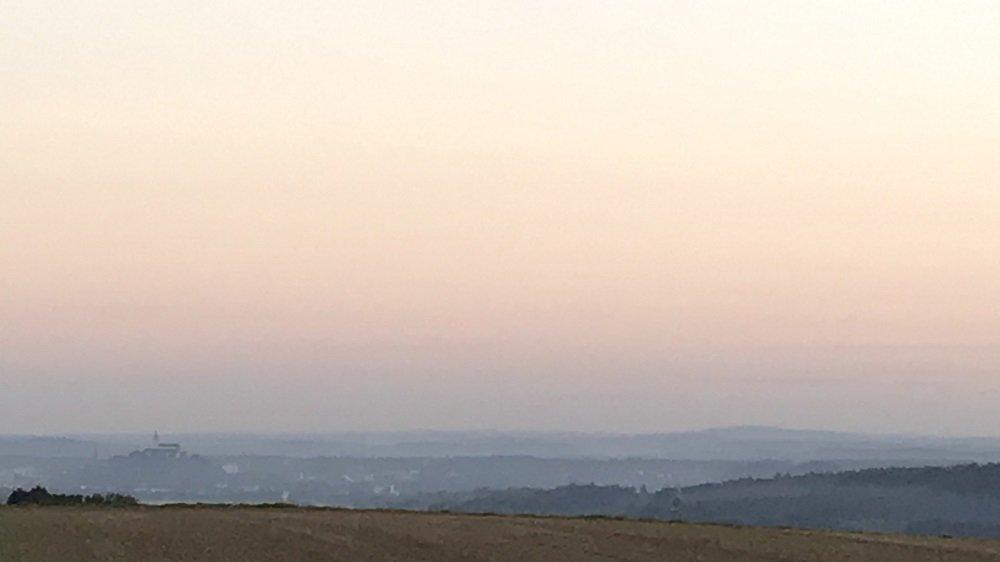 Himmel kurz vor Sonnenaufgang über Siegburg.