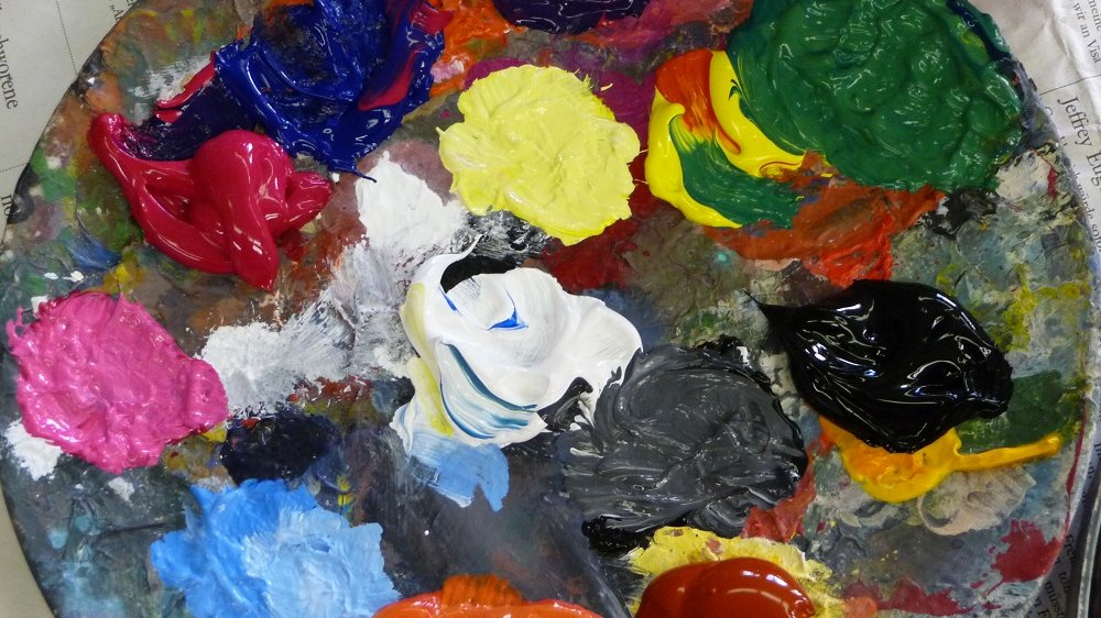 Bunte Farben auf einem runden Brett.