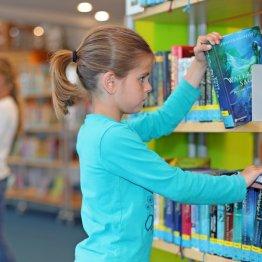 Geplünderte Regale in Bibliothek