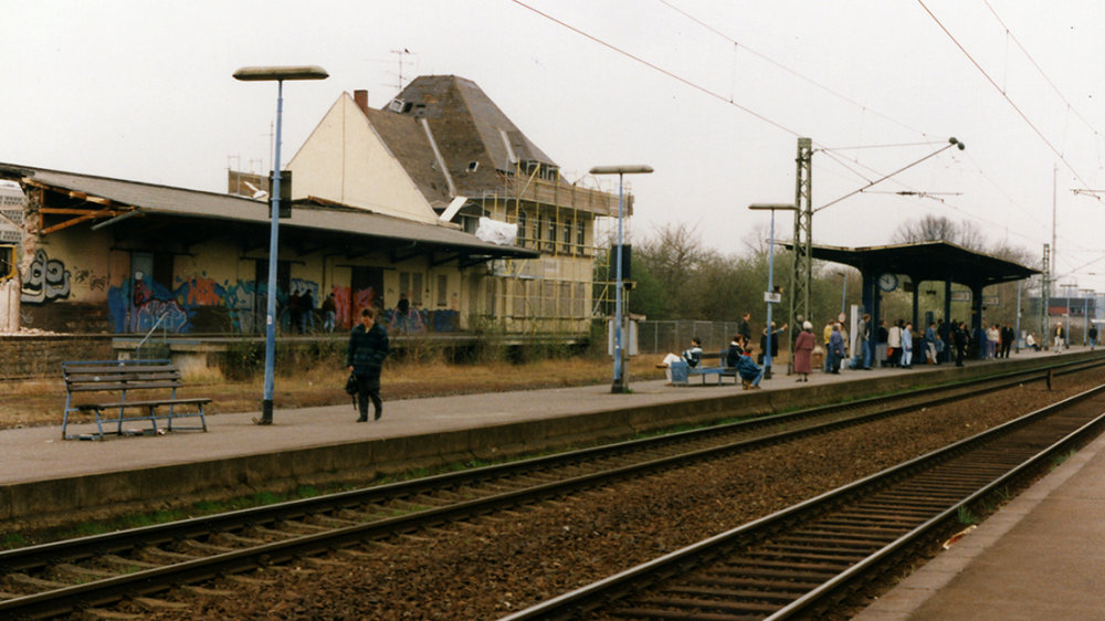 Abriss des 1965 errichteten Güterbahnhofs mit Lagerhalle, an der heutigen Konrad-Adenauer-Allee gelegen