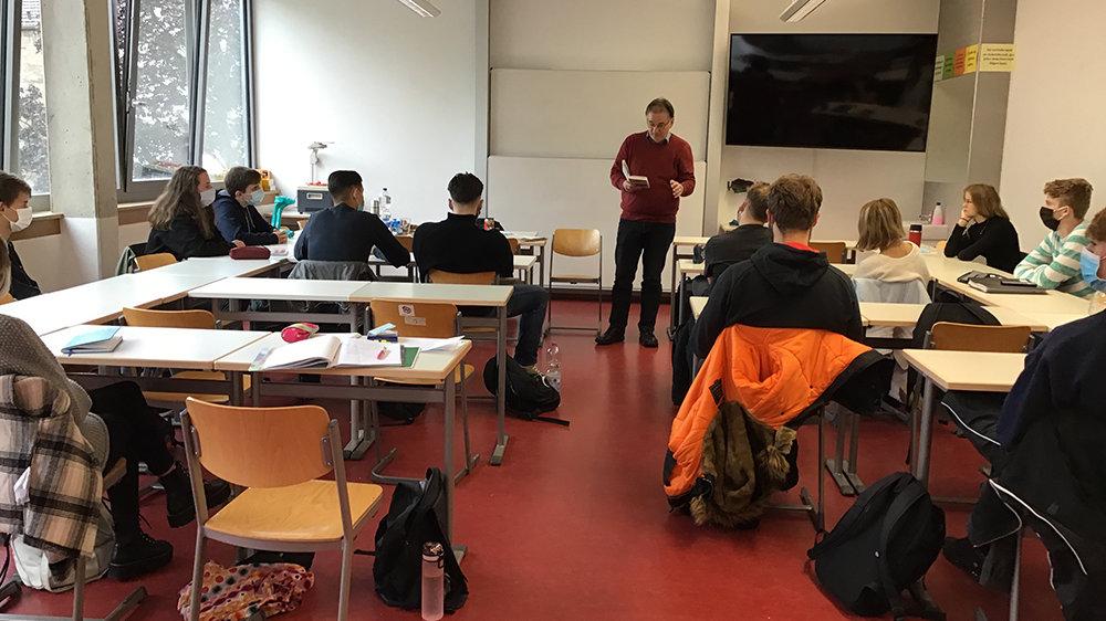 Journalist und Autor Thomas Schwarz im Gymnasium Siegburg Alleestraße mit dem Geschichts-LK