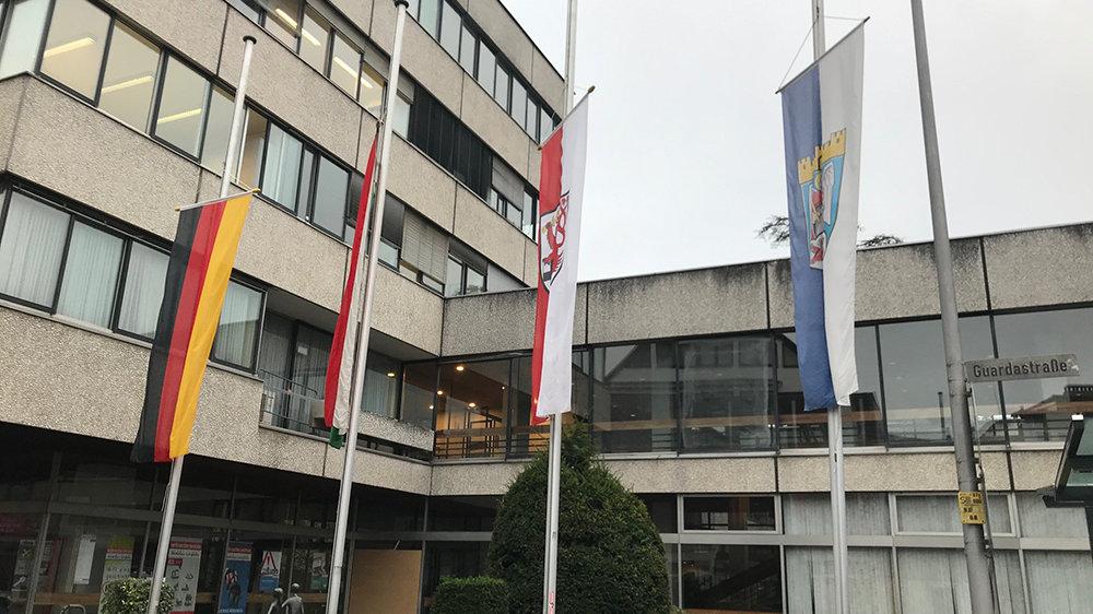 Flaggen auf Halbmast am Rathaus