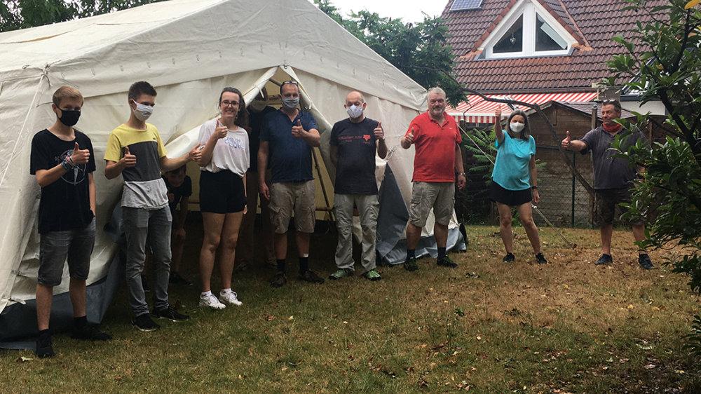 Die Jugend versammelte sich in einem vom CVJM bereitgestellten Zelt