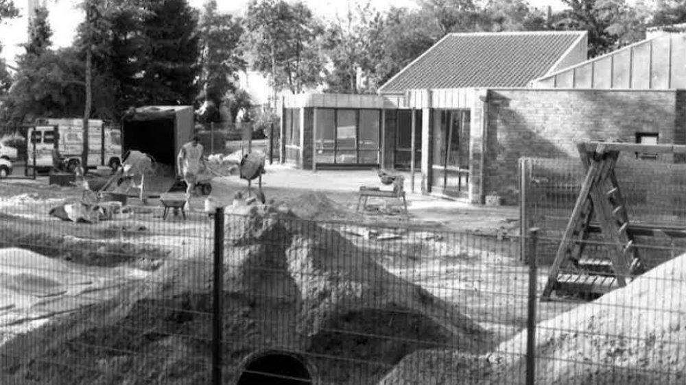 """Bau des Montessori-Kindergartens """"PänzHuus"""" auf dem Siegburger Brückberg im Jahr 1995"""