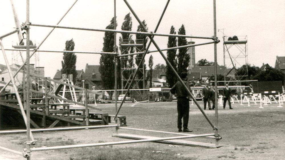 """Vorbereitungen auf dem Mühlentorplatz 1965, große Tribünenanlagen wurden für """"Spiel ohne Grenzen"""" errichtet"""