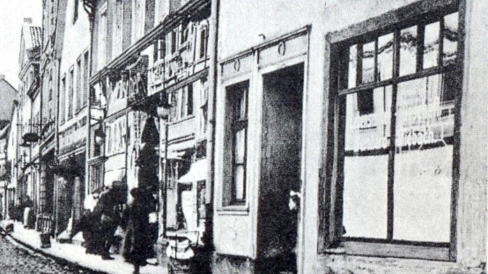 Blick in die Holzgasse zu Zeiten des 1. Weltkriegs, vorne rechts die Lebensmittel- und Milchwarenhandlung Miebach