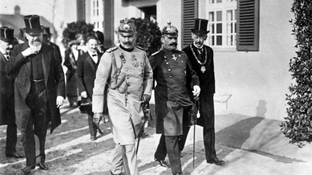 Einweihung des Kaiser-Wilhelm-Instituts in Dahlem 1913 mit Kaiser Wilhelm sowie links (die Hand am Bart) Professor Adolf von Harnack