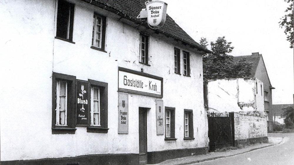 """Einmündung der Weierstraße in die Aulgasse. Die Gaststätte """"Zur Kroh""""  1956"""