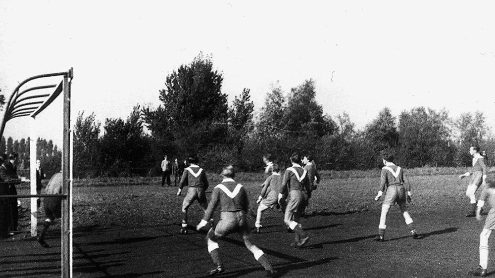 DJK-Kicker auf dem Sportplatz in den 1950er-Jahren, im Hintergrund des Tores die Pappeln des Siegdammes