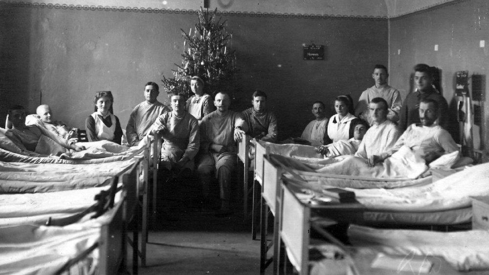 Verwundete im Lazarett auf der Siegburger Abtei in einem Krankensaal zur Weihnachtszeit 1916