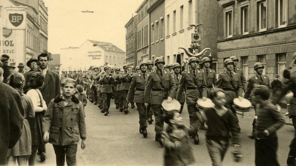 Bundeswehr 1959 von der Wellenstraße in die Holzgasse abbiegend