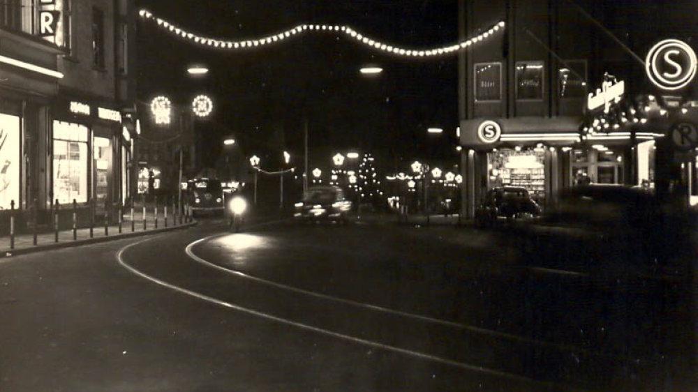 Fast leere Straßen, hier an der Goldenen Ecke mit Hülster (links) und Cornelius Stüssgen (rechts) 1956